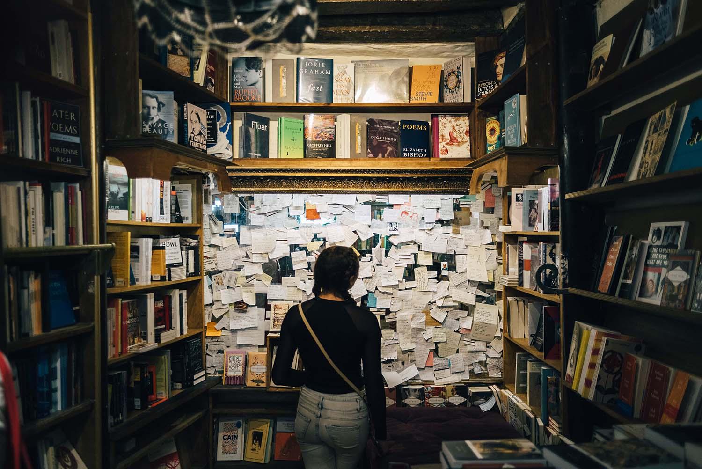 photo d'une femme face à un tableau rempli de mots à lire