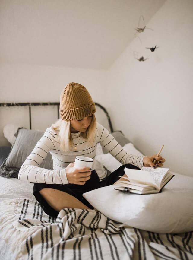 jeune femme qui écrit